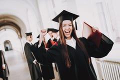 gediplomeerde gelukkig Goede stemming Aziatisch Meisje status stock afbeeldingen