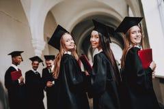 gediplomeerde gelukkig meisjes Goede stemming universiteit stock fotografie