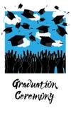 Gediplomeerde Handen die op Graduatiehoeden werpen De achtergrond van de graduatieceremonie Stock Foto