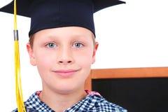 Gediplomeerde jongen in GLB met bord op achtergrond Stock Afbeelding