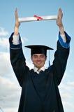 Gediplomeerde met diploma in handen stock foto's