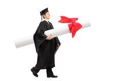 Gediplomeerde student die een reusachtig diploma dragen royalty-vrije stock foto
