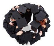 Gediplomeerde studenten die zich in cirkel bevinden royalty-vrije stock foto