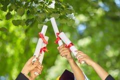 Gediplomeerde studenten met diploma's Stock Foto