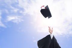 Gediplomeerden die graduatiehoeden in de lucht werpen Royalty-vrije Stock Afbeelding