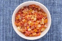 Gedobbelde droge papaja in kom Royalty-vrije Stock Fotografie