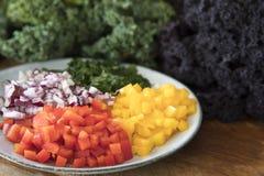 Gedobbelde Groene paprika's en Rode Uien Stock Afbeeldingen