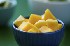 Gedobbelde mango in blauwe kom, met Thaise voedselachtergrond Royalty-vrije Stock Foto