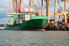 Gedokt lading of containerschip stock afbeeldingen
