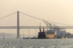 Gedokt Vrachtschip in de Tagus-Rivier royalty-vrije stock fotografie
