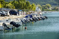 Gedokte Snelle boten met hun motoren op een rij Kamena Vourla, Royalty-vrije Stock Afbeelding