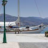 Gedokte zeilboot, Lixouri Kefalonia Griekenland stock afbeelding