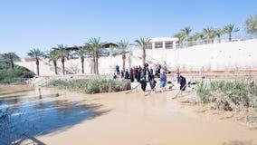 Gedoopte mensen in doopselplaats in de Rivier van Jordanië Royalty-vrije Stock Afbeeldingen