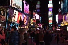 Gedränge und hastige Geschäftigkeit des Times Square, New York City Stockfotos