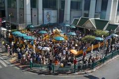 Gedrängte Anbetung zu Brahma an Ratchaprasong-Bezirk, Bangkok, Thailand am 1. Januar 2018 stockbild
