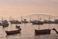Gedrängte Boote im Meer Stockfotos