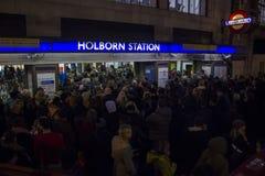 Gedrängte Holborn-Station Stockbilder