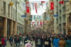 Gedrängte istiklal Straße mit Touristen in Istanbul Lizenzfreies Stockfoto