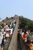 Gedrängte Leute an der großen Großen Mauer Lizenzfreie Stockfotos