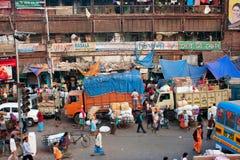 Gedrängte Marktstraße mit Verwirrung von Autos, Busse Stockfotografie