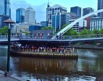 Gedrängte Stange unter der Brücke stockfoto