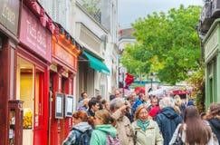 Gedrängte Straße auf dem Montmartre-Hügel in Paris Stockbild