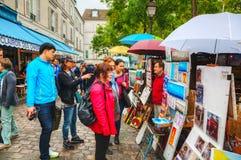 Gedrängte Straße auf dem Montmartre-Hügel in Paris Stockfotografie