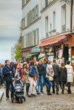 Gedrängte Straße auf dem Montmartre-Hügel in Paris Stockbilder