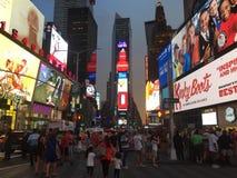 Gedrängte Straßen des Times Square, New York City, NY stockbilder