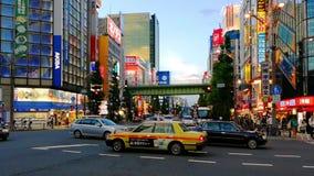 Gedrängte Straßen von Akihabara-Bereich in Tokyo, Japan während des heißen Abends stock footage