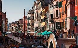 Gedrängte venetianische Straße Stockbilder