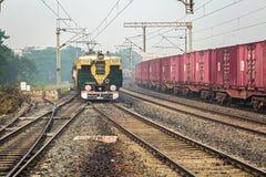 Gedrängter lokaler Personenzug der indischen Eisenbahnen ungefähr, einen Bahnhof einzutragen Stockfotos