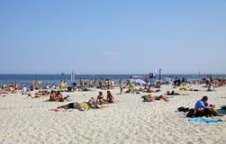 Gedrängter städtischer Strand in Gdynia, Ostsee, Polen Stockbild