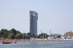 Gedrängter städtischer Strand in Gdynia, Ostsee, Polen Stockfotos