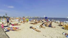 Gedrängter städtischer Strand in Gdynia, Ostsee, Polen stock footage