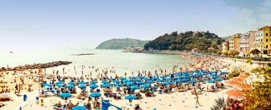 Gedrängter Strand auf dem Ligurier-Meer, Lerici, Italien Lizenzfreie Stockfotografie