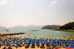 Gedrängter Strand auf dem Ligurier-Meer, Lerici, Italien Stockfotos