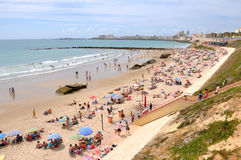 Gedrängter Strand in Cadiz Stockfotos
