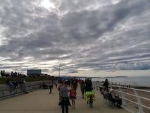 Gedrängter Strand an einem bewölkten Tag lizenzfreie stockbilder