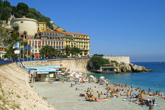 Gedrängter Strand in Nizza Stockbild