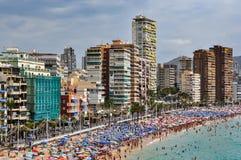 Gedrängter Strand von Benidorm an einem bewölkten Tag Lizenzfreie Stockfotos