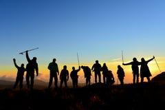 Gedrängter Wandergruppe- und Spitzenerfolg stockbilder