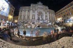 Gedrängtes Fontana Di Trevi in Rom Stockbild
