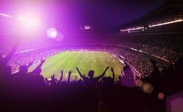 Gedrängtes Fußballstadion Stockbilder