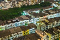 Gedrängtes helles Neon des Hauses Dorf in der Hauptstadt Lizenzfreie Stockfotografie