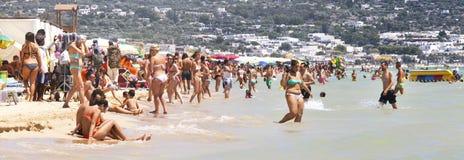 Gedrängtes italienisches Strandsommer-Szenenpanorama mit Leuten Puglia, Italien Stockfoto