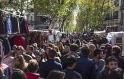 Gedrängtes Madrid Rastro, Spanien stockfotos