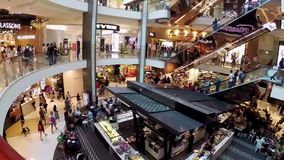 Gedrängtes modernes Einkaufszentrum, Sydney, Australien stock video