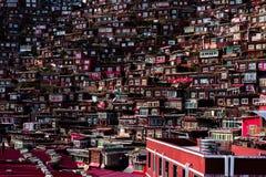Gedrängtes rotes Haus der buddhistischen Akademie Stockbilder