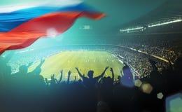 Gedrängtes Stadion mit russischer Flagge Stockbild